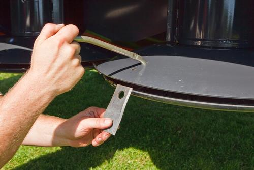 Knives are easily changed using a special lever. Simply push down and knives are released.